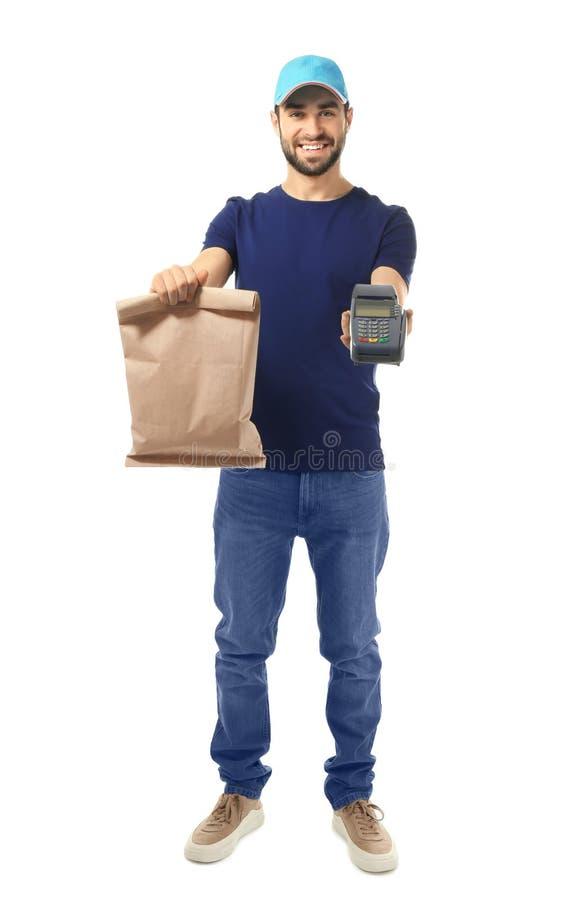 Fattorino che tiene sacco di carta con alimento ed il terminale di pagamento su fondo bianco immagini stock libere da diritti