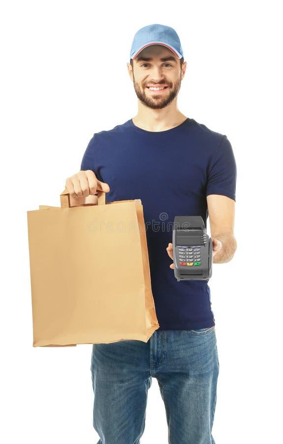 Fattorino che tiene sacco di carta con alimento ed il terminale di pagamento su fondo bianco immagine stock