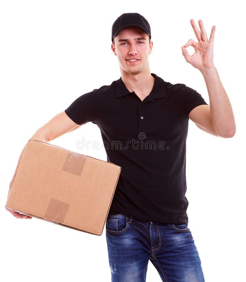 Fattorino che tiene una scatola di cartone immagine stock libera da diritti