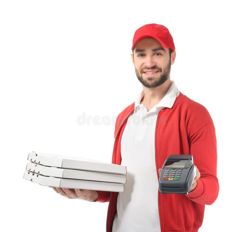 Fattorino con i contenitori di pizza del cartone ed il terminale di pagamento su fondo bianco fotografia stock libera da diritti