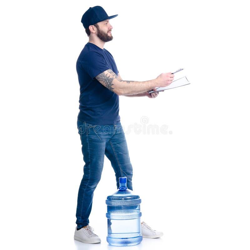 Fattorino dell'acqua nella firma blu della fattura del documento berretto in mano e della maglietta fotografie stock
