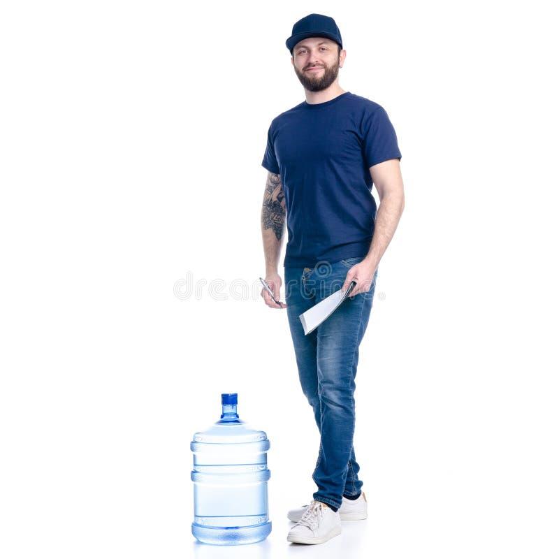 Fattorino dell'acqua nella firma blu della fattura del documento berretto in mano e della maglietta fotografia stock libera da diritti