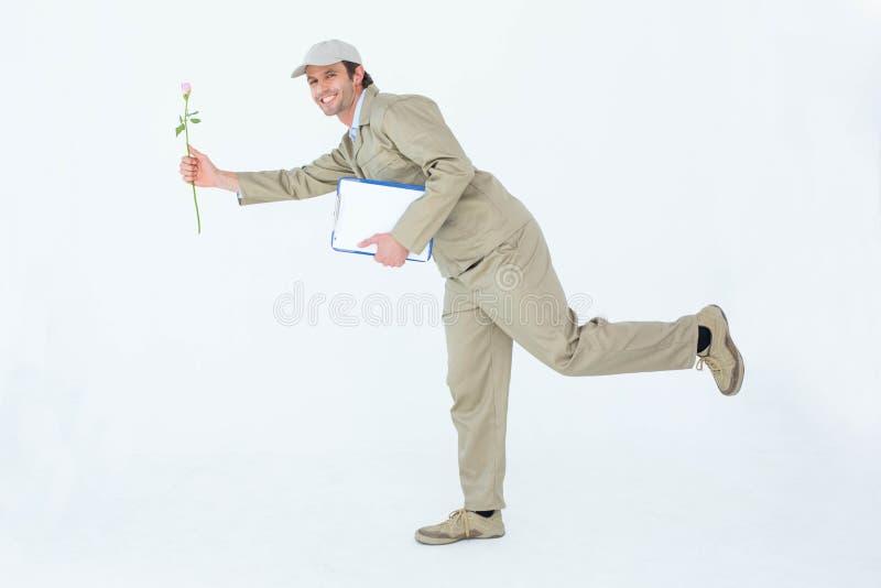 Fattorino felice con il fiore d'offerta della lavagna per appunti fotografia stock libera da diritti