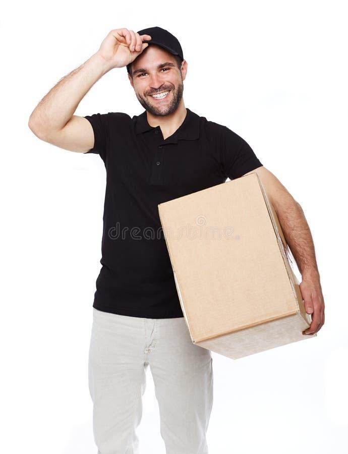 Fattorino sorridente che dà scatola di cartone immagini stock libere da diritti