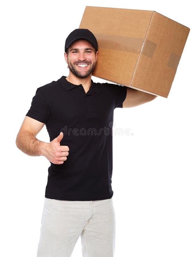 Fattorino sorridente che dà scatola di cartone immagini stock