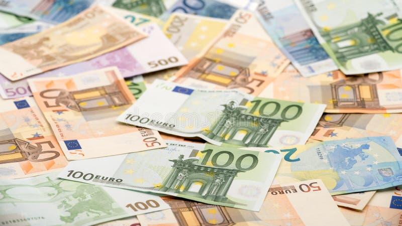 Fatture degli euro dei valori differenti Un'euro fattura di cento fotografia stock