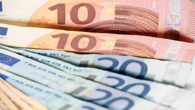 Fatture degli euro dei valori differenti Un'euro fattura di dieci e di venti immagini stock libere da diritti