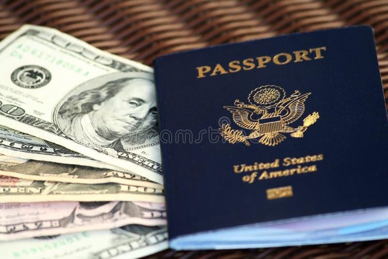 Fatture del passaporto e del dollaro degli Stati Uniti immagini stock