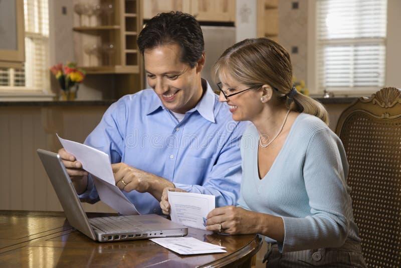 Fatture di pagamento delle coppie in linea fotografia stock