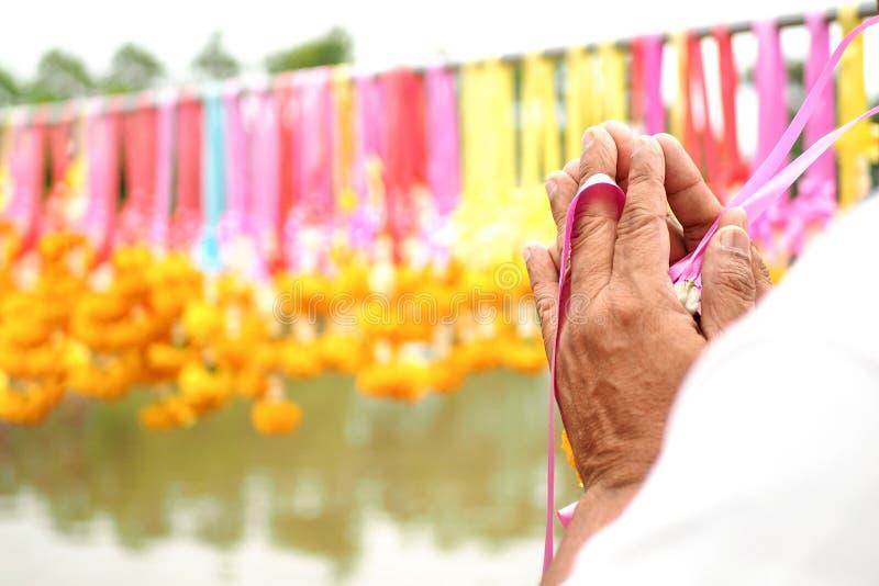 Fatura budista do mérito, frequentemente homenagem do pagamento às flores ou à festão amarela dourada da flor para pagar a homena fotografia de stock