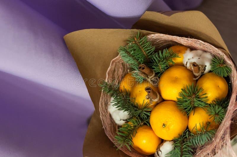 Fatura de um ramalhete do fruto, de um ramalhete de, de tangerinas, de abeto vermelho, de bolas das laranjas e de cones imagens de stock
