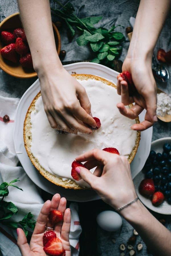 Fatura do bolo da morango imagens de stock royalty free