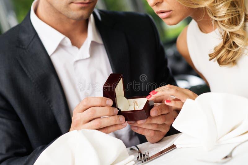 A fatura do homem propõe a sua amiga foto de stock royalty free