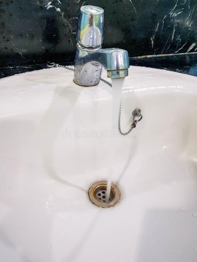 Faucet раковины стек воду стоковые изображения rf