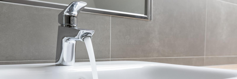 Faucet con acqua corrente fotografie stock libere da diritti