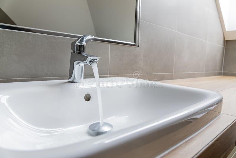 Faucet con acqua corrente fotografia stock