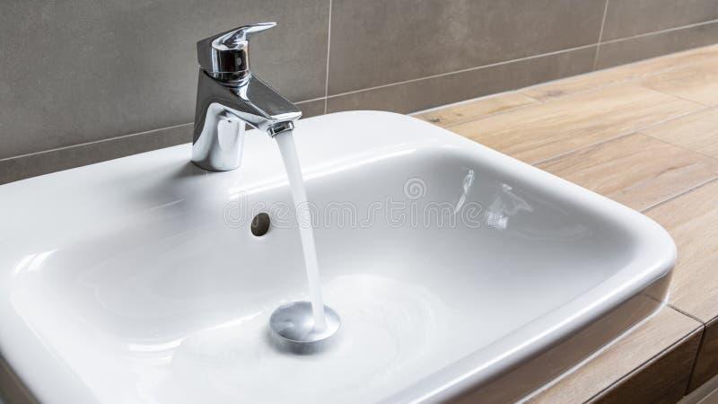 Faucet con acqua corrente immagine stock