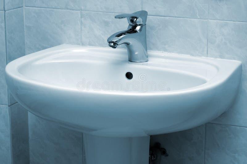 Faucet e bacia de água foto de stock