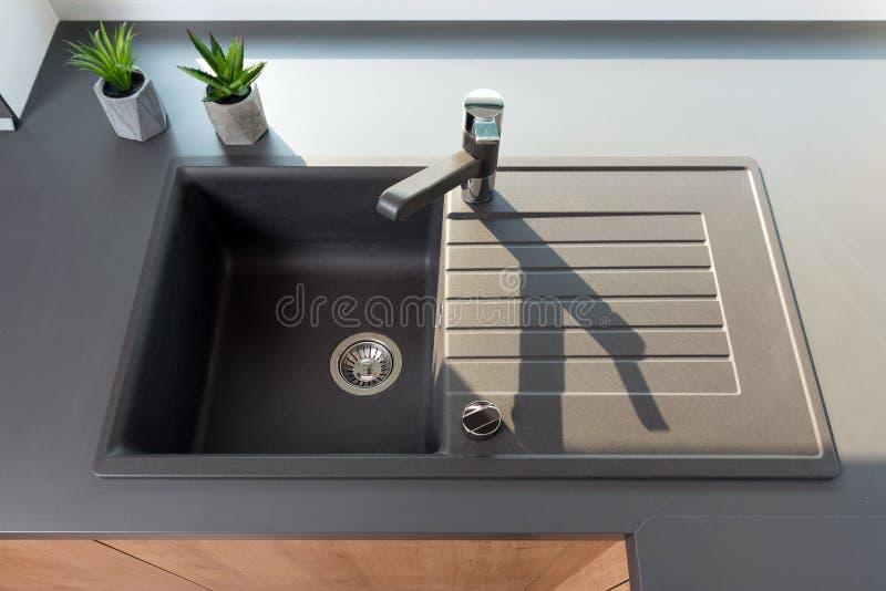 Faucet i zlew w kuchni obrazy royalty free