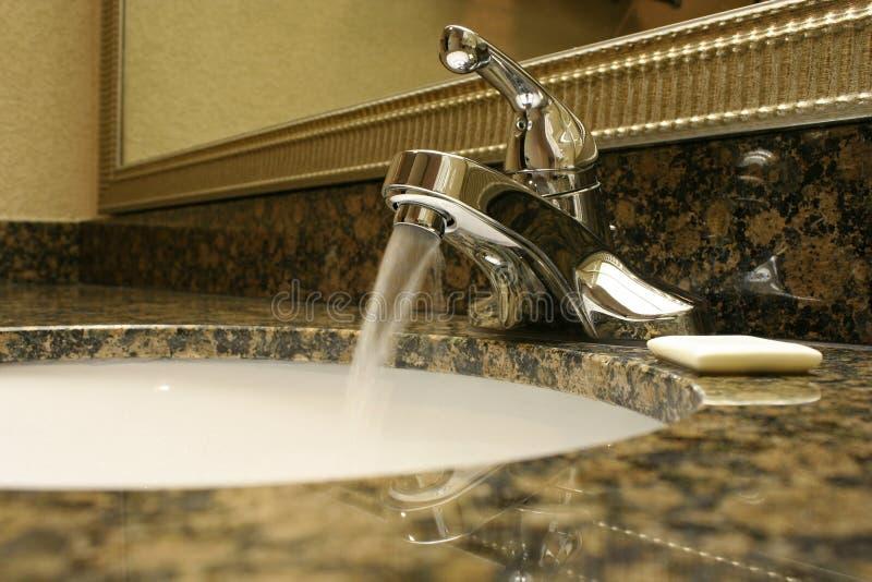 Faucet Running do banheiro foto de stock