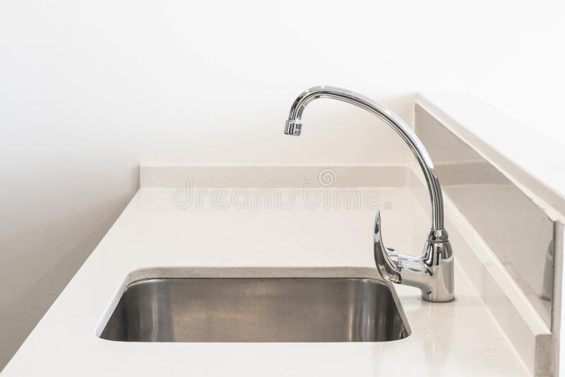 Faucet zlew i wody zakładki dekoracja w kuchennym pokoju obrazy royalty free