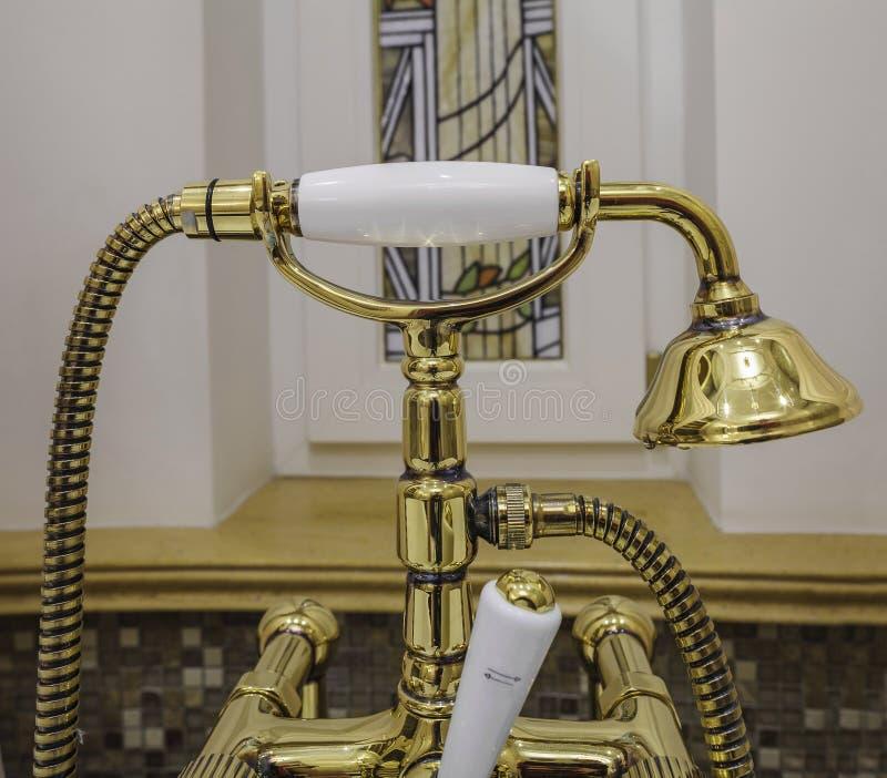 Faucets и душ ванны золота стоковое изображение