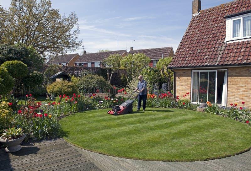 Fauchage de la pelouse image stock