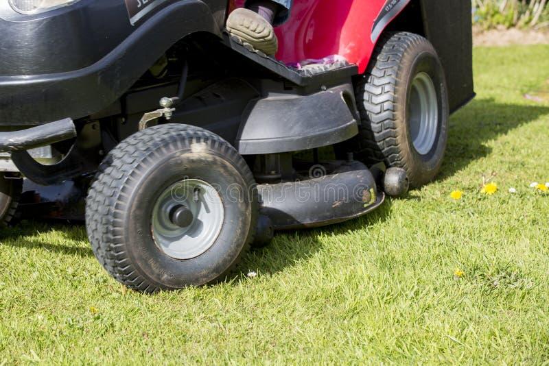 Fauchage de la pelouse avec le tracteur photos stock