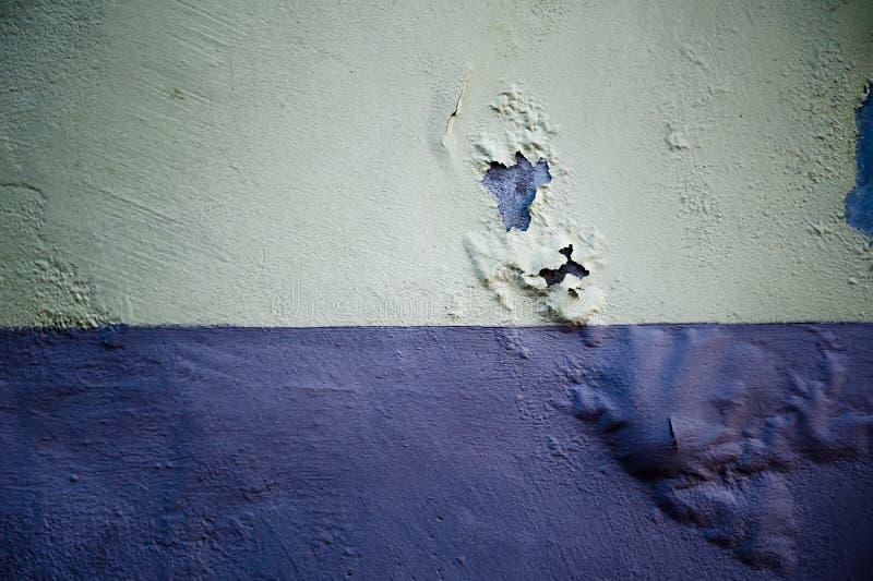 Faule Betonmauer mit geblasener Farbe stockbild