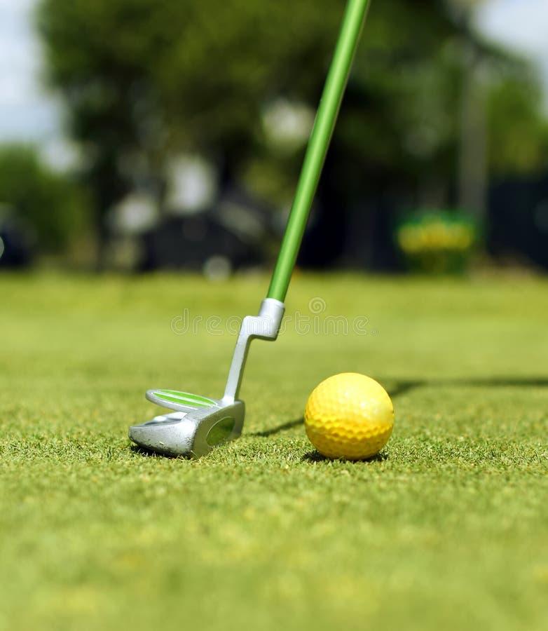 Faulenzen Sie Golfstock ungefähr, um einen Ball zu schlagen stockfoto