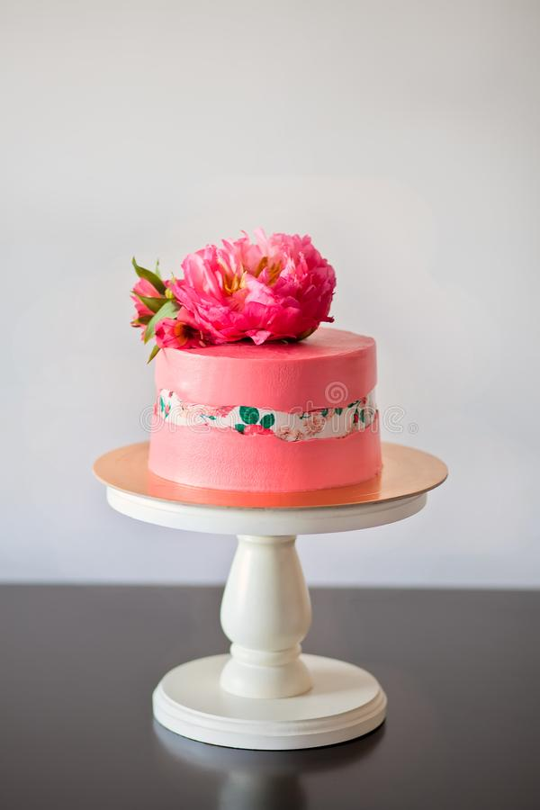 Faultline cake decoraited sugar paper and pink peony. Ideas for wedding cake, birthday cake.  stock images