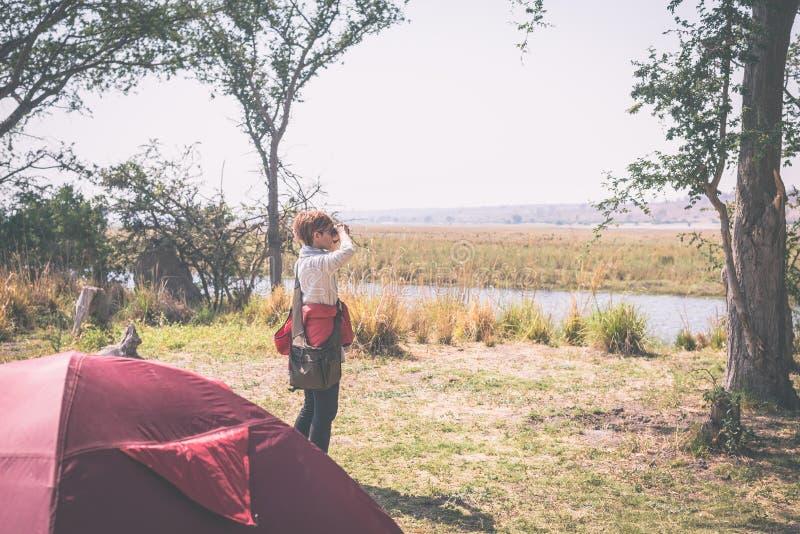 Fauna de observación del turista por binocular de camping en frontera del río de Chobe, Namibia Botswana, África Parque nacional  fotos de archivo libres de regalías