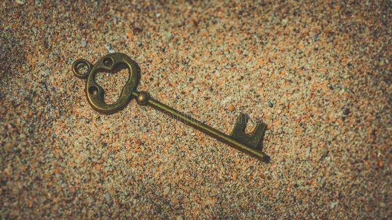 Fausse clé de vintage sur le sable photos libres de droits
