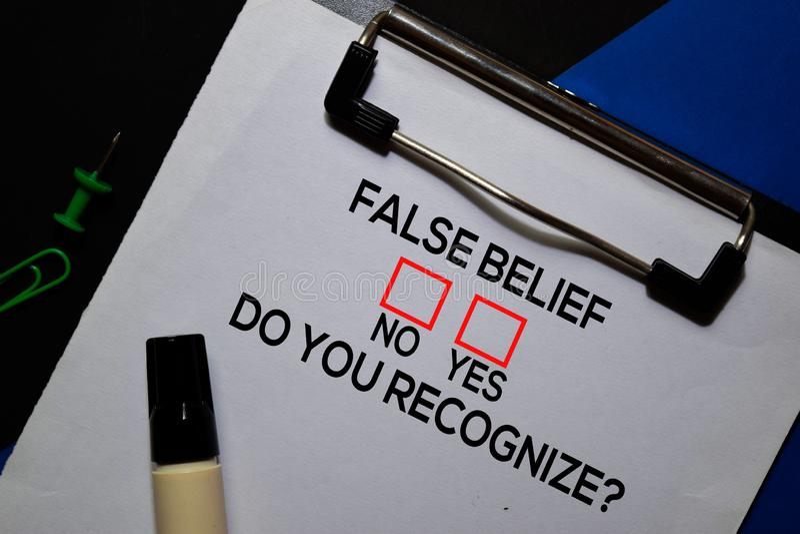 Fausse Croyance, Est-Ce Que Vous Reconnaissez ? Oui ou Non En arrière-plan du bureau images libres de droits
