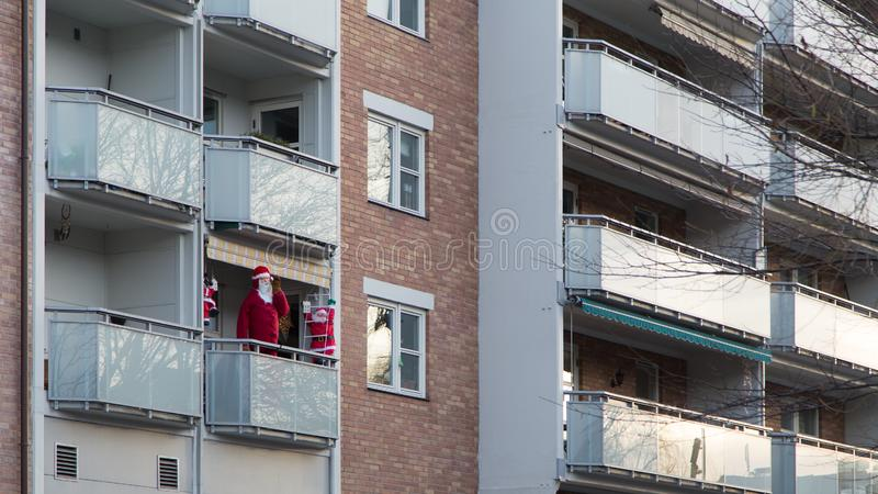Fausse Santa On un balcon photo libre de droits