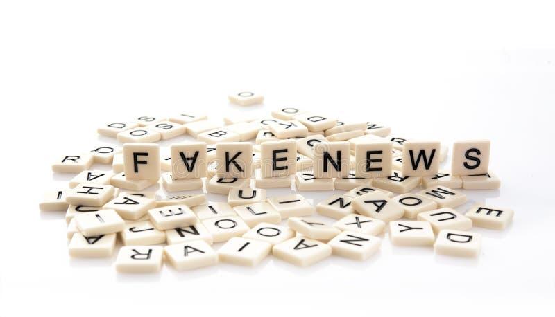 Fausses actualités définies sur des tuiles de mot photo libre de droits
