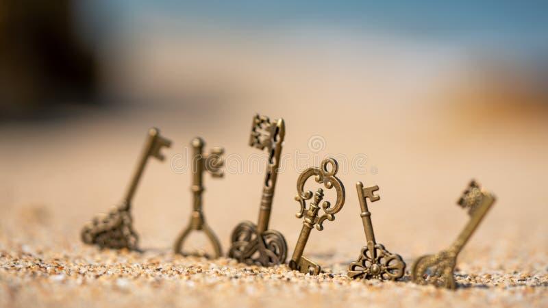 Fausses clés de vintage sur la plage images stock