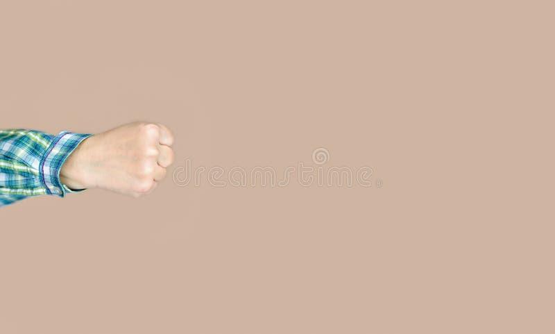 Faust einer Frau, die einen Durchschlag wirft stockfotografie