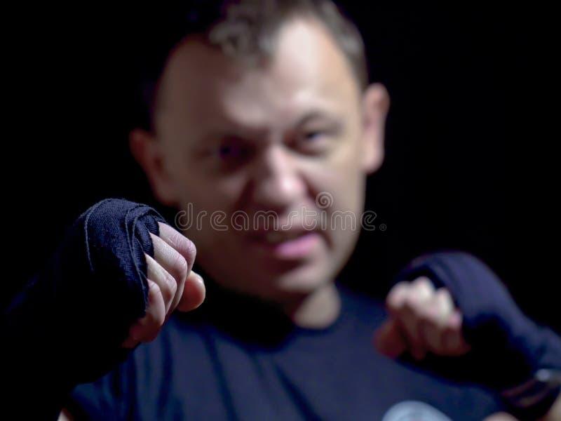 Faust von einem aggressiven jungen männlichen, Nahaufnahme, unscharfer Hintergrund lizenzfreies stockfoto