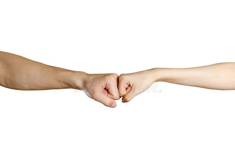 Faust zu Faust Mann gegen weibliche Hand Lokalisiert auf einem weißen backgroun lizenzfreies stockfoto