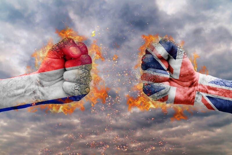 Faust zwei mit der Flagge von Frankreich und von Großbritannien gegenübergestellt an einander lizenzfreie stockbilder