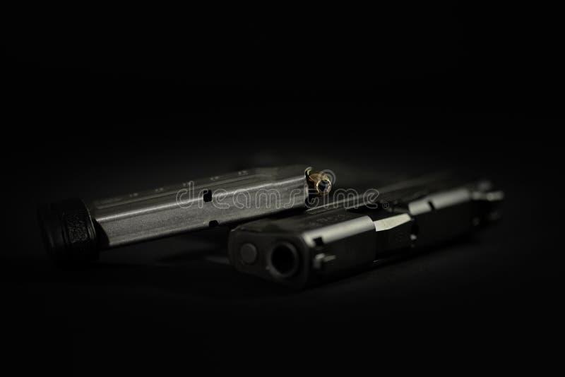 Faustfeuerwaffe mit geladener Zeitschrift stockfoto