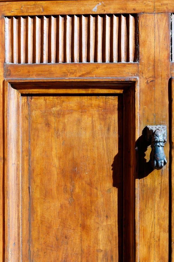 Fausttürklopfer auf brauner Holztür lizenzfreie stockfotos