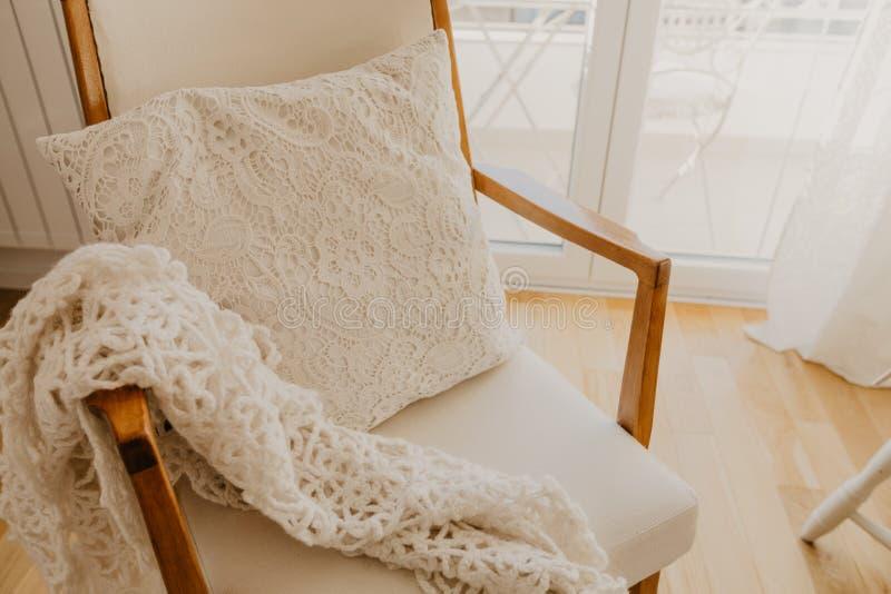 Fauteuil blanc avec le plaid et l'oreiller Style de la Provence photo stock