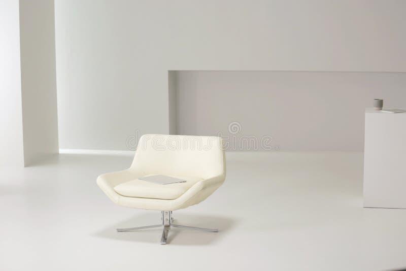 Fauteuil blanc dans la chambre blanche illustration stock