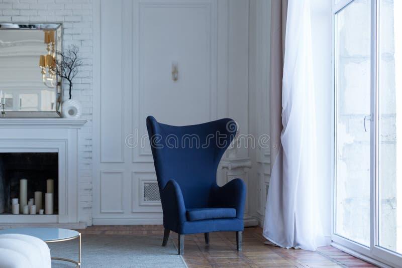 Fauteuil bleu vide dans l'intérieur classique photographie stock libre de droits