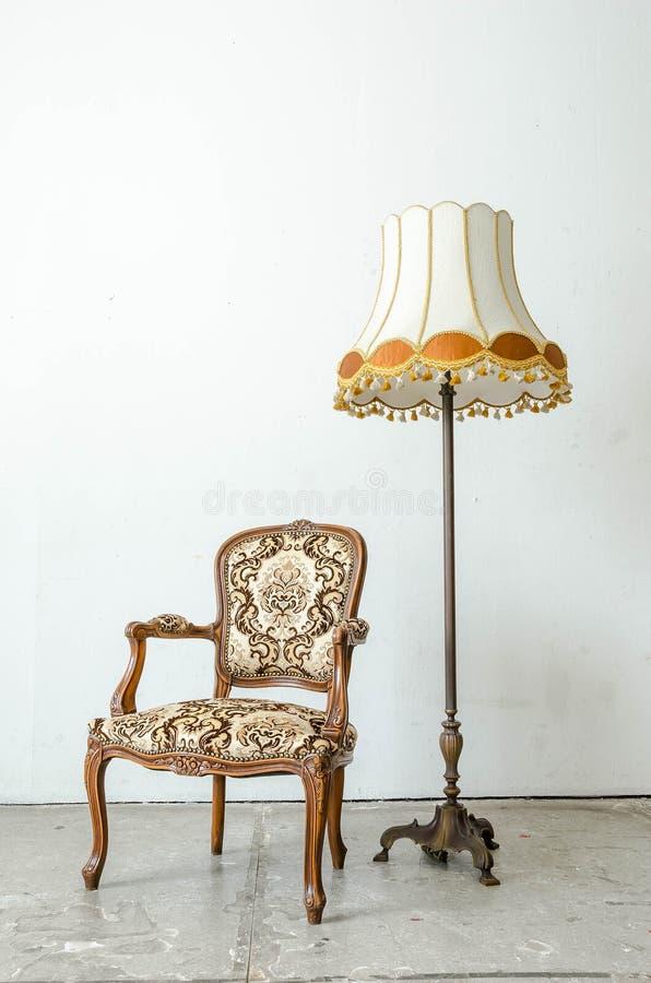 Fauteuil classique luxueux de vintage avec la lampe de bureau image libre de droits