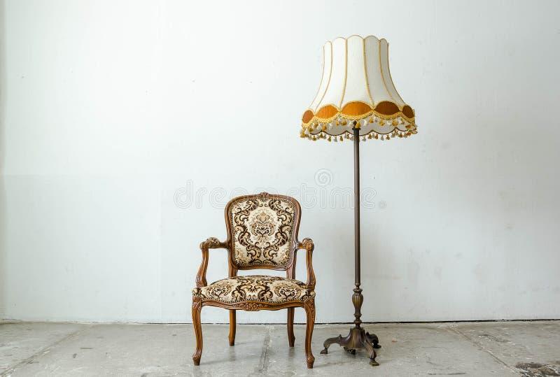 Fauteuil classique luxueux de vintage avec la lampe de bureau photos libres de droits