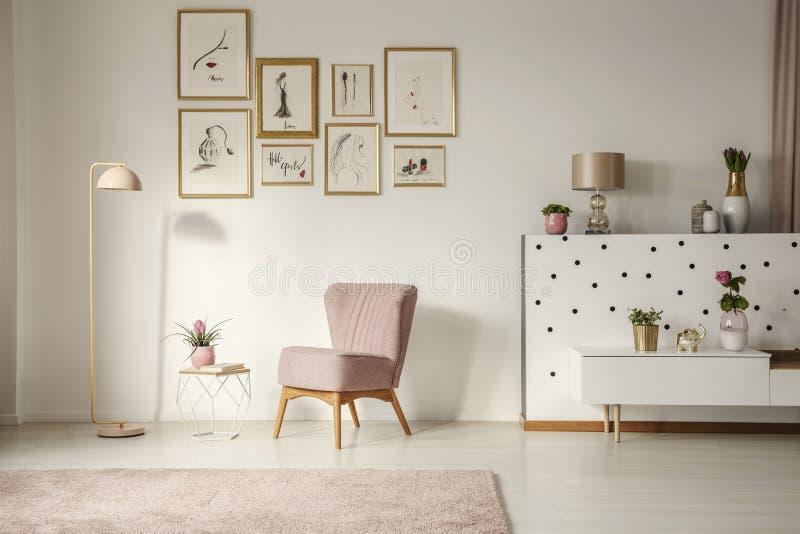 Fauteuil démodé, lampadaire de rose en pastel et élégant, or photographie stock libre de droits