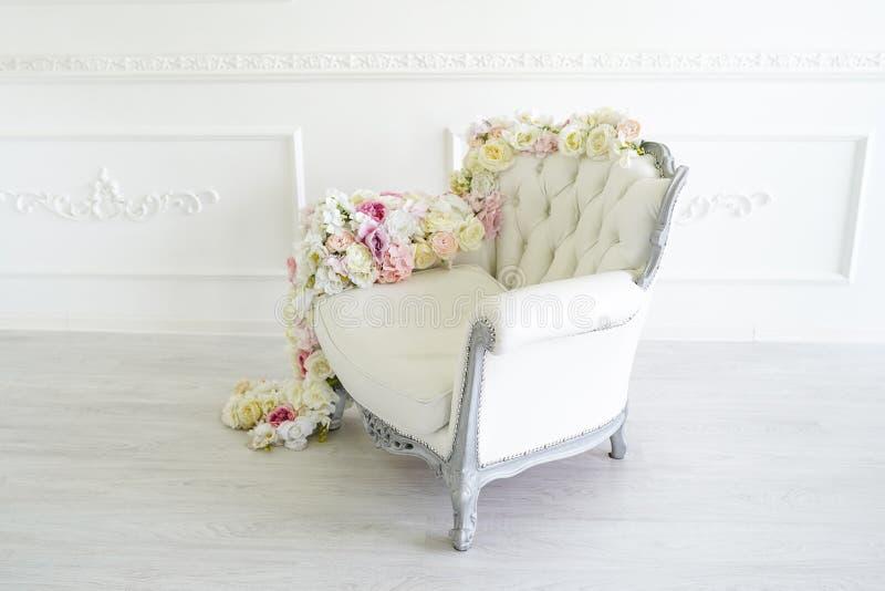 Fauteuil dans la chambre blanche Bel int?rieur, d?cor? des fleurs Tonalit? dans le style de l'instagram photo libre de droits